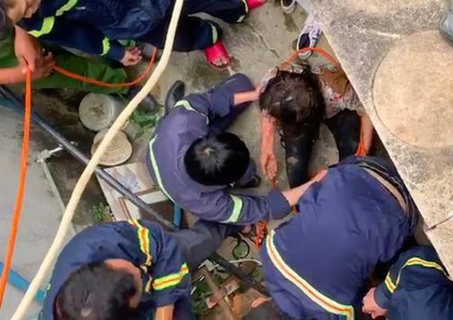Người phụ nữ không may trượt chân rơi xuống giếng sâu 25m