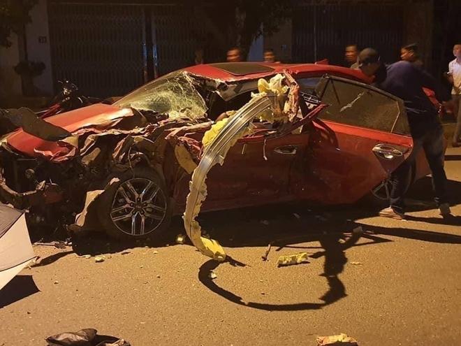 Ô tô đấu đầu xe tải, tài xế tử vong trên ghế lái
