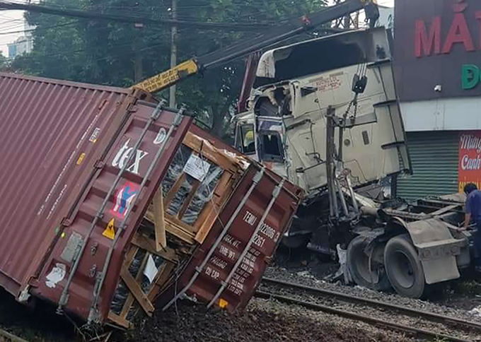 Phá cabin giải cứu tài xế container sau cú đâm cực mạnh của tàu hỏa
