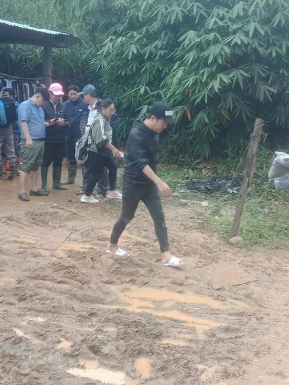 Trường Giang âm thầm quay lại miền Trung cứu trợ lần hai, Nhã Phương gửi lời động viên