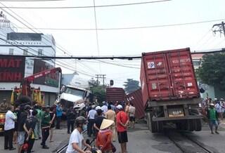 Tàu chở hàng đâm xe container đứt đôi là do lỗi của ngành đường sắt