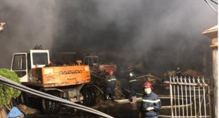 Cháy lớn tại công ty bao bì, khói đen kịt một vùng trời