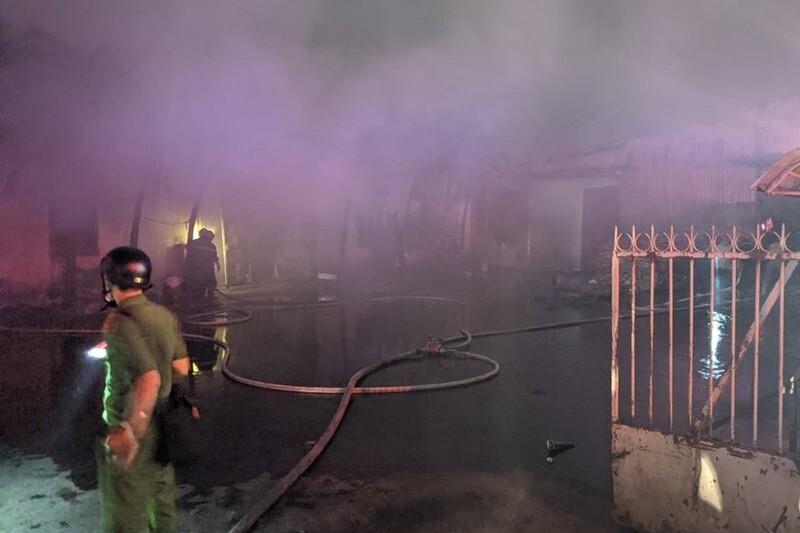 Khống chế đám cháy tại công ty bao bì, khói đen kịt một vùng trời