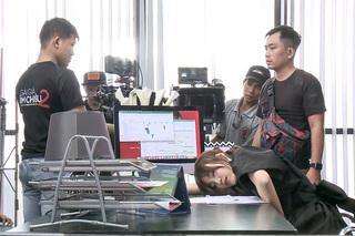 Cư dân mạng 'đào' lại ảnh Lan Ngọc kiệt sức ở phim trường khiến fan xót xa