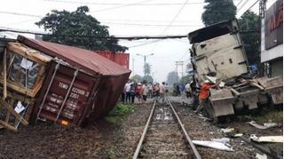 Tin tức tai nạn giao thông ngày 6/11: Tàu hỏa tông đứt lìa xe container, tài xế bị thương
