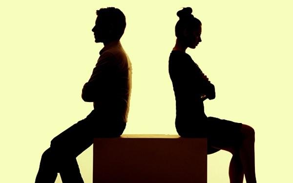 Vợ chồng ly hôn chỉ vì đôi tất bẩn