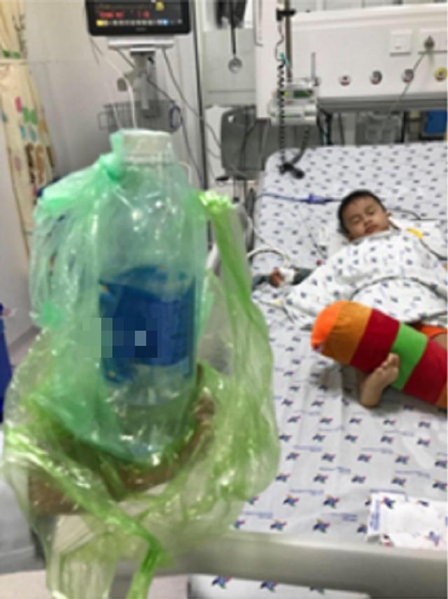 Bé trai 3 tuổi nguy kịch do uống nhầm hóa chất chống thấm