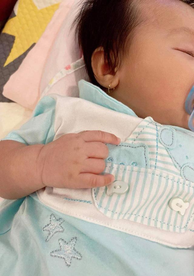 Đàm Thu Trang dần hé lộ gương mặt của con gái, ai cũng khen giống Cườn