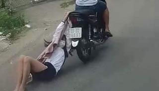 Vướng áo vào xe máy của tên cướp, cô gái bị kéo lê hàng trăm mét