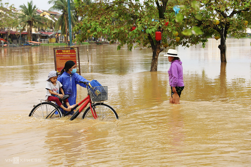 Nước lũ dâng, nhiều khu vực ở Hội An bị nước bủa vây