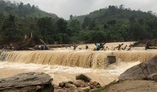 Vượt cầu ngập nước để nhận hàng cứu trợ, 3 phụ nữ bị nước cuốn trôi