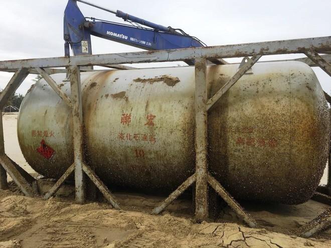 Phát hiện bồn kim loại có chữ Trung Quốc trôi vào bờ biển Quảng Nam