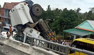 Xe container mất lái, rơi từ cầu xuống đường phía dưới