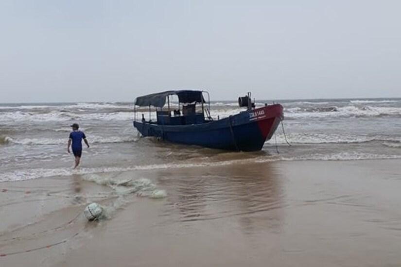 Thêm một tàu không người lái có chữ Trung Quốc dạt vào bờ biển Quảng Trị