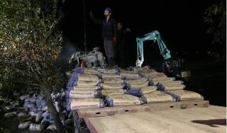 Hàng chục tấn xi măng đè bẹp cabin xe đầu kéo, tài xế tử vong