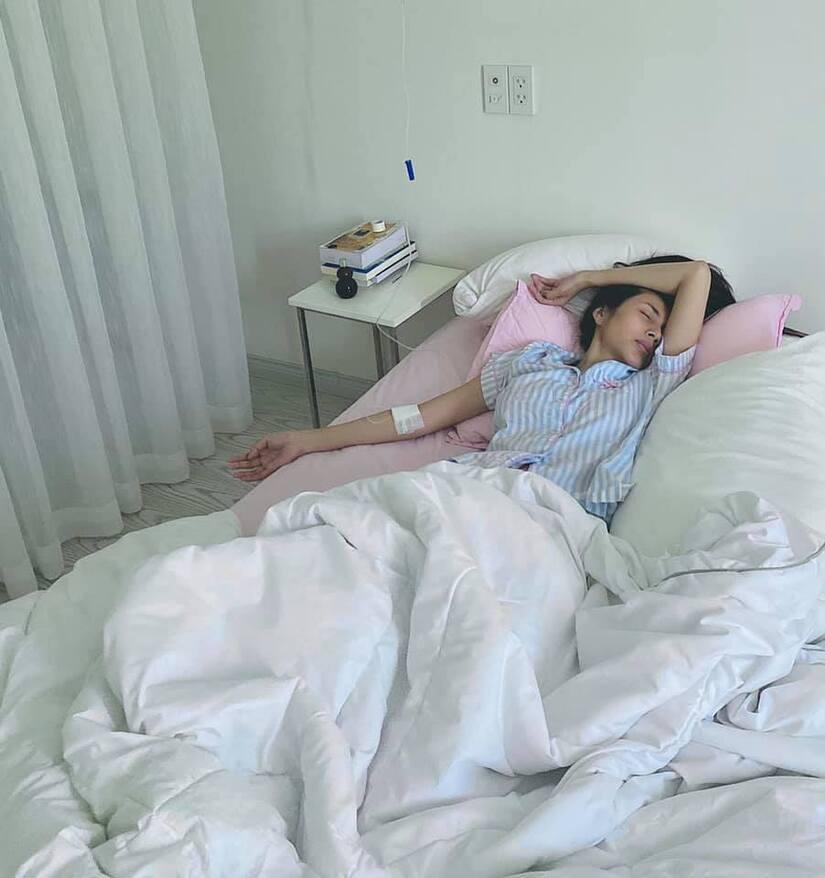 Thủy Tiên kiệt sức phải truyền nước, Công Vinh than thở: 'Mỗi lần nói là bị nạt'