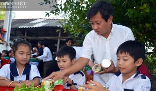 Ông Đoàn Ngọc Hải về U Minh tặng quà, mời học sinh ăn phở