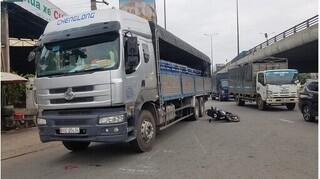 Xe máy va chạm với xe tải, hai vợ chồng thương vong