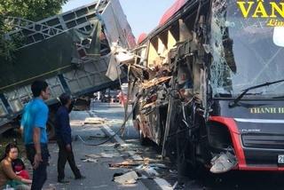 Xe giường nằm tông kinh hoàng vào xe tải đang đỗ ở làn khẩn cấp trên cao tốc
