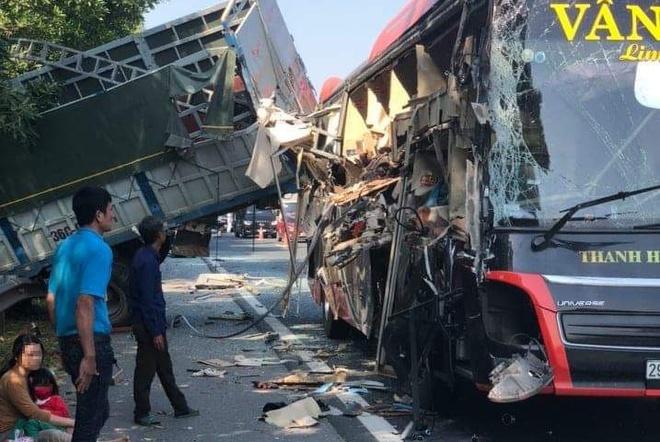 Xe giường nằm nát tươm khi tông ôtô tải trên cao tốc