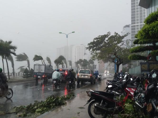 Khánh Hòa, Phú Yên mưa to gió lớn, nhiều nơi mất điện khi bão số 12 đổ bộ