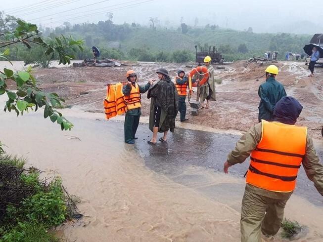 Đắk Lắk mưa lớn, di dời khẩn cấp dân trong lòng hồ thủy lợi