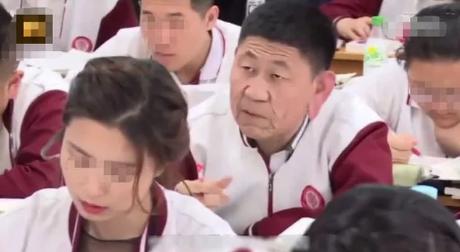 Người đàn ông trung niên ung dung ngồi trong lớp, ai cũng tưởng phụ huynh cho đến khi biết danh tính thì quá sốc