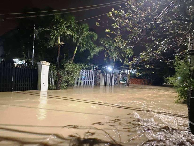 Lũ đổ về Bình Định bất ngờ lúc nửa đêm, thành phố chìm trong 'biển nước'