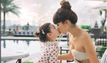 Con gái lai Tây của Hà Anh mới hơn 2 tuổi đã cực kỳ cá tính