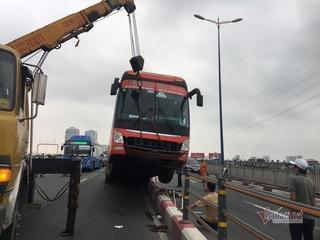 Xe khách lao lên dải phân cách cầu Sài Gòn, giao thông tê liệt