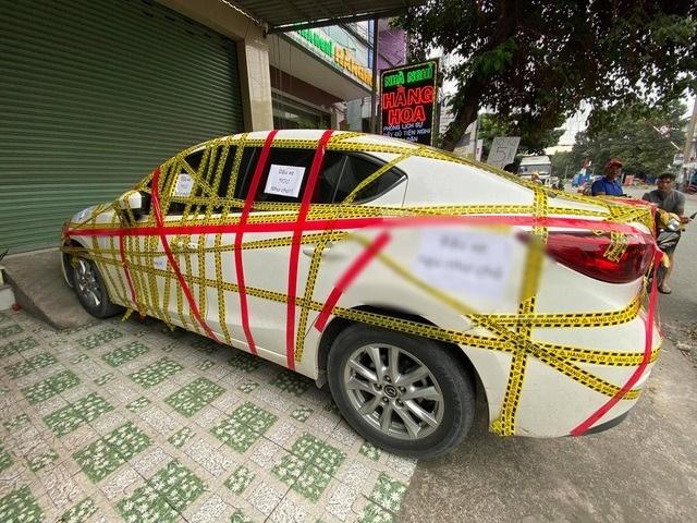 Hé lộ nguyên nhân chiếc Mazda3 bị dán băng kín xung quanh xe
