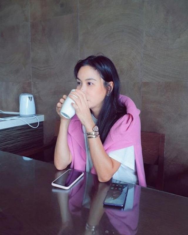 Xuất hiện nếp nhăn nơi khóe mắt nhưng bà xã Jang Dong Gun vẫn nhận 'mưa lời khen' khi sở hữu điều này ở tuổi 48