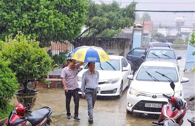Giám đốc Sở NNPTNT Khánh Hòa thừa nhận hình ảnh ông đi chống bão số 12 có người che dù là phản cảm