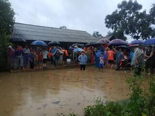 Mưa to, người dân bị cô lập trong hồ Krông Pách thượng 'xây mãi chưa xong'