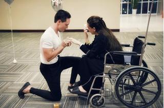 Hà Hồ vỡ òa khi Kim Lý bất ngờ quỳ gối cầu hôn giữa bệnh viện