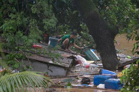 Bão số Vamco càn quét Philippines, khiến hàng chục ngàn ngôi nhà chìm trong biển nước.7