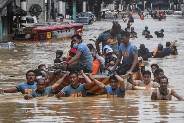 Bão số Vamco càn quét Philippines, khiến hàng chục ngàn ngôi nhà chìm trong biển nước.4