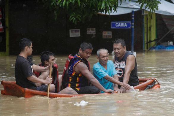 Bão số Vamco càn quét Philippines, khiến hàng chục ngàn ngôi nhà chìm trong biển nước.6