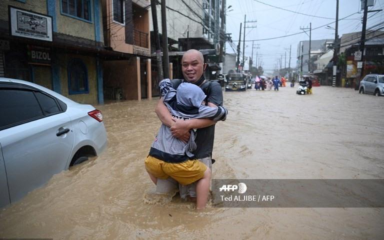 Bão số Vamco càn quét Philippines, khiến hàng chục ngàn ngôi nhà chìm trong biển nước.2