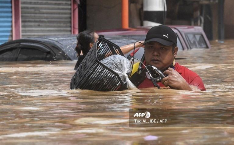 Bão số Vamco càn quét Philippines, khiến hàng chục ngàn ngôi nhà chìm trong biển nước.3
