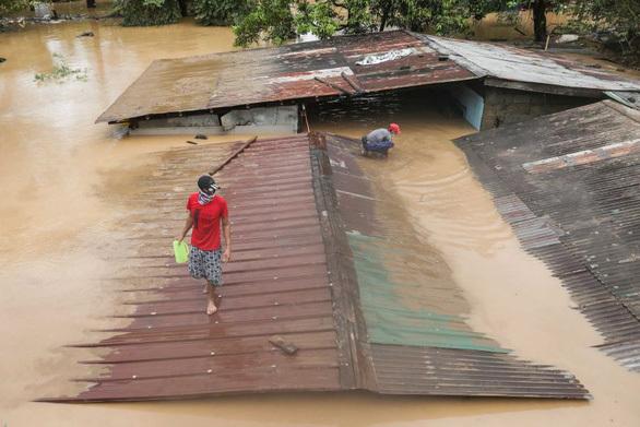 Bão số Vamco càn quét Philippines, khiến hàng chục ngàn ngôi nhà chìm trong biển nước,1