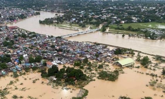 Bão số Vamco càn quét Philippines, khiến hàng chục ngàn ngôi nhà chìm trong biển nước.5