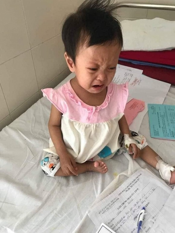 Hòa Minzy nhận em bé bị xơ gan làm con nuôi, nỗ lực kêu gọi quyên góp cho con