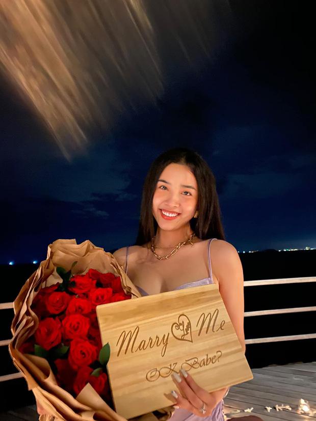 Á hậu Thuý An được bạn trai cầu hôn lãng mạn sau 3 năm hẹn hò kín tiếng