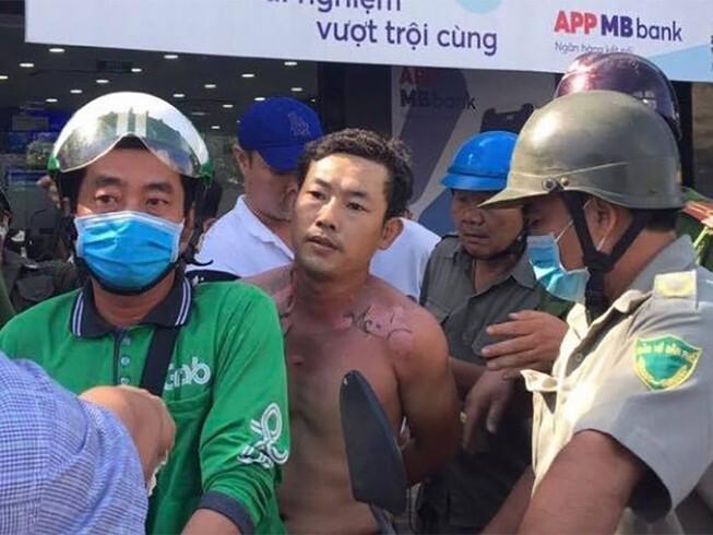 Người đàn ông tẩm xăng lên người, xông vào cướp ngân hàng ở Sài Gòn