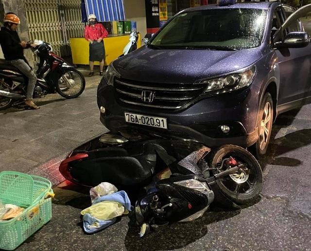 Nữ tài xế lái ô tô tông xe máy chở thai phụ rồi kéo lê hàng trăm mét tóe lửa trên đường