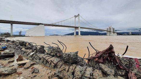 Vỉa hè, bờ kè ở Đà Nẵng tan hoang do 'bão tiếp bão'