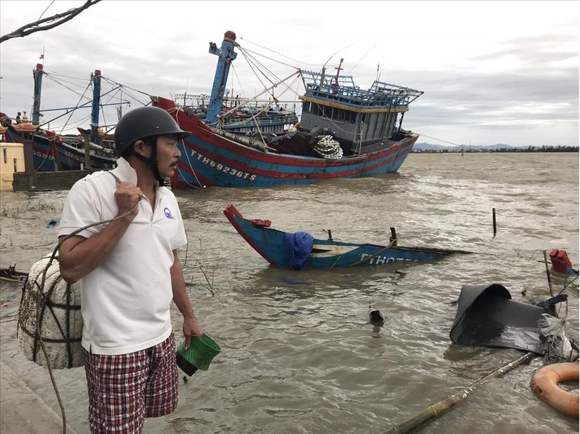 Hàng chục tàu, thuyền ở Huế bị đánh chìm do bão