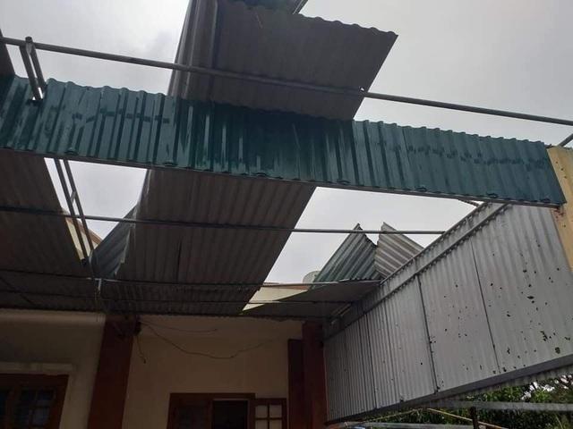 Bão số 13 đổ bộ miền Trung khiến hơn 1.500 ngôi nhà hư hỏng, 18 người