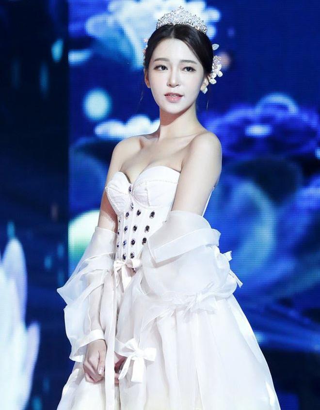 Thí sinh Hoa hậu Hàn Quốc bị 'đào lại' ảnh mặc hanbok hở hang gây 'nhức mắt' khán giả